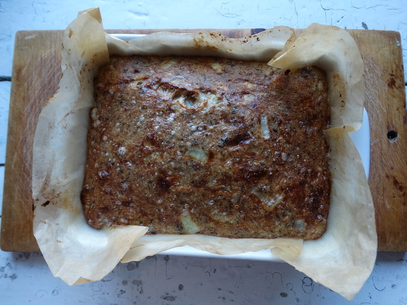 Рецепт нежнейшего пирога. Нет и грамма муки, всего 4 продукта: консервы, лук, яйца и манка, а готовить 10 минут