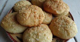 Привычное кокосовое печенье, пеку по-новому: тесто на твороге (не забитое, муки минимум) – получается нежным и воздушным