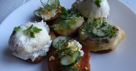 Моя «закусочная артиллерия» на праздничный стол: 3 рецепта гренок: в закрытом сыре, с яйцом-пашот и огурцы в желтках