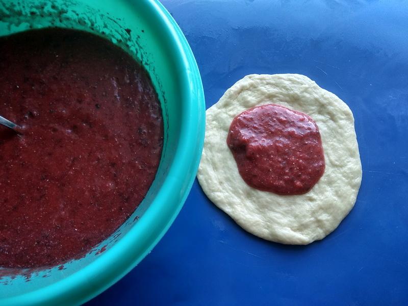Печёные пирожки со свежей клубникой и мятой (в сезон всегда так готовлю – применение для ягод беспроигрышное)