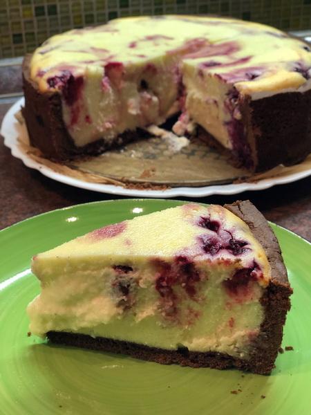 Шоколадный пирог с творожно-ягодной начинкой