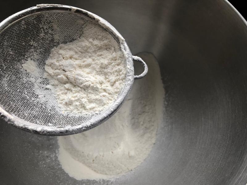 Летний пирог «Утилизатор клубники» - всегда готовлю его в сезон. Мой рецепт-выручалочка: быстро и очень вкусно