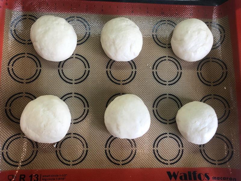 Сама готовлю «Булочки для бургеров». Идеальны: мягкие, не размокают. И в магазине искать не надо: начиняем и поглощаем