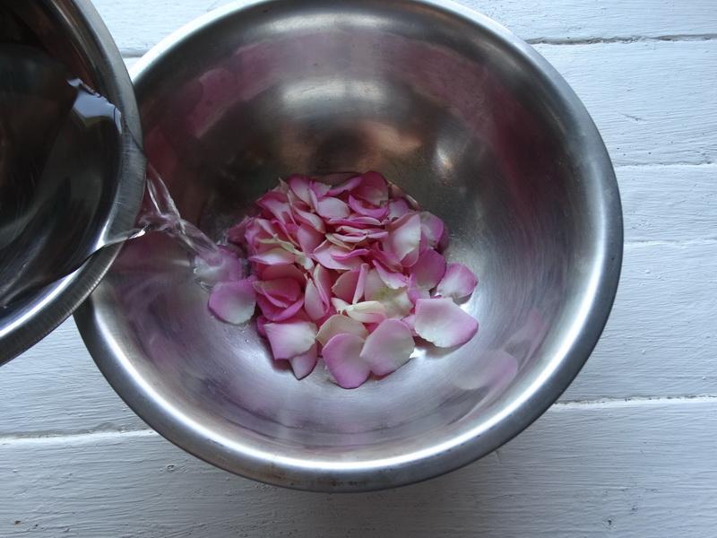 Много лет прожила в Средней Азии и до сих пор помню вкус варенья со вкусом роз, теперь варю его сама. Делюсь рецептом