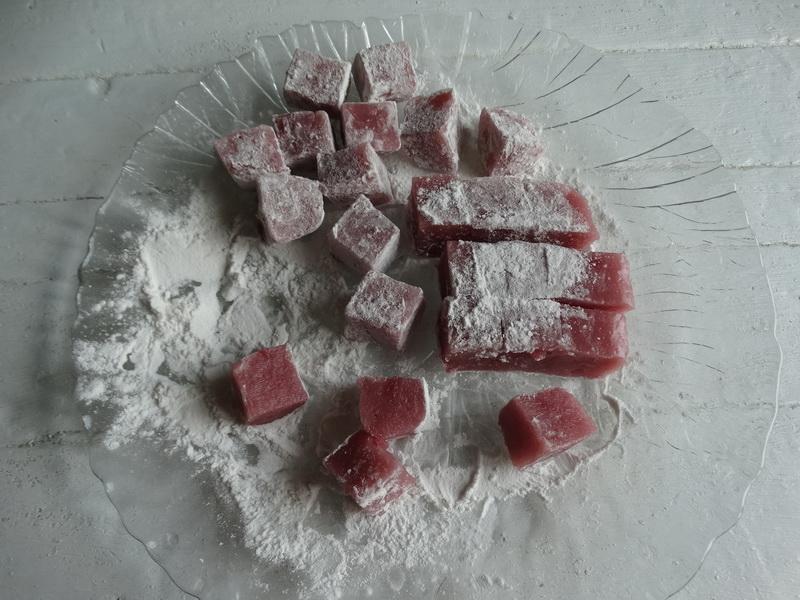 Из клубники массово делаю вкуснющую восточную сладость. Рецепт, без желатина и агар-агара. А внуки едят, лучше чем ягоды