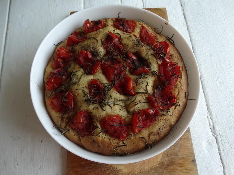 Тесто + вяленные помидоры = обалденный итальянский хлеб (рецепту научилась у Гордона Рамзи и теперь частенько готовлю)