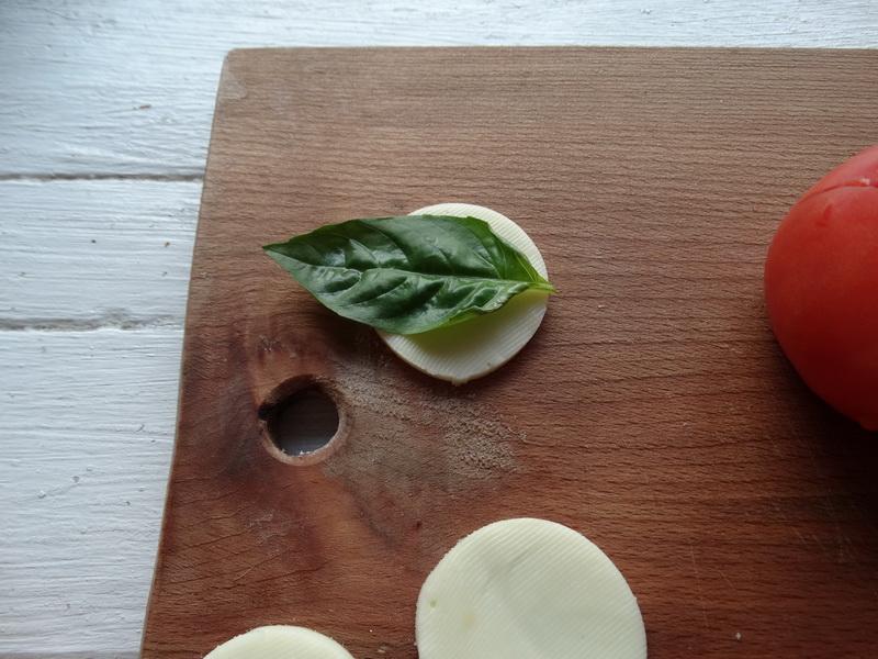Помидоры + базилик + моцарелла = Салат Капрезе