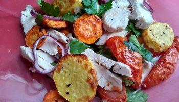 Очень полюбила тёплый овощной салат с курицей. Безумно вкусно. Порой даже только для себя на ужин готовлю