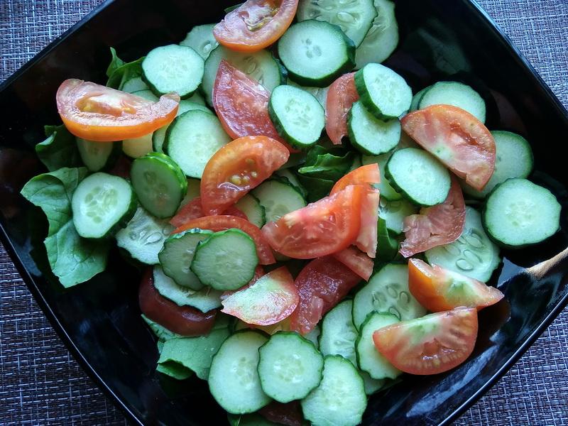 Лёгкий салат с баклажановыми чипсами. Дочь очень его любит, всегда говорит: «Ешь и не толстеешь»