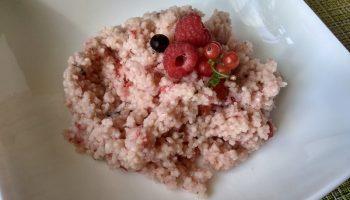 Вкусная ягодный кус-кус на завтрак. Буквально на днях узнала быстрый рецепт. Оказывается, крупу можно не варить