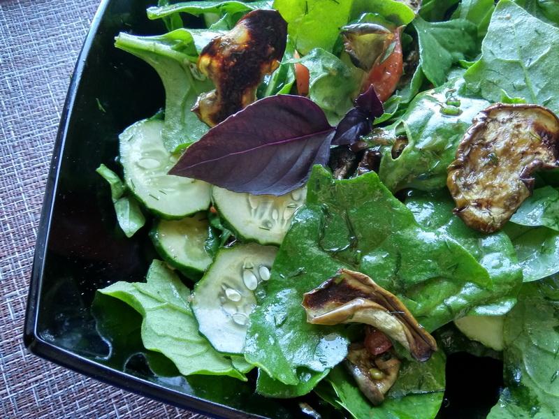 Лёгкий салат с баклажановыми чипсами