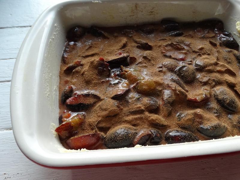 Десерт со сливами по рецепту гениального повара Бруно Альбузе. И это не пирог, а тесто лишь хрустящая кунжутная корочка