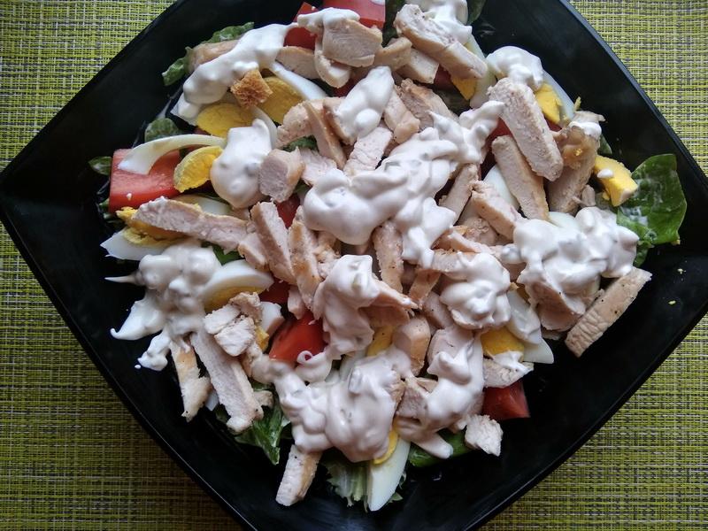 Салат «Цезарь» — завсегдатый салат в кафе и ресторанах, а я готовлю сама и наслаждаюсь