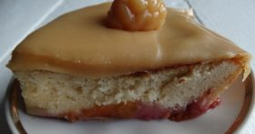 Оставалось много сметаны приготовила ирисковую заливку, теперь мой сливовый пирог просто обалденный