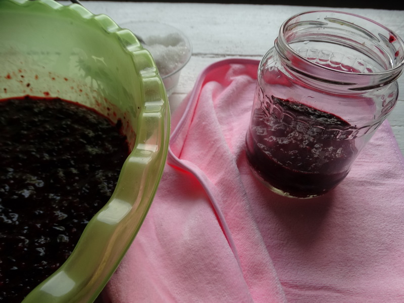 Не варю, и не замораживаю смородину, но варенье хранится почти год – сам рецепт переняла от мамы (получается обалденно)