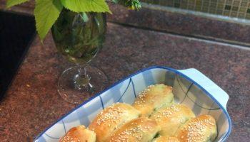 Пирожки-рожки готовлю внукам каждую неделю, встречаю угощаю и с собой обязательно. И не трудно: формовка и тесто простые