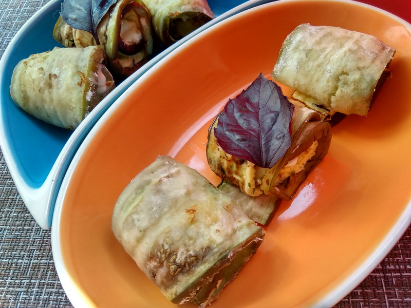 Закусочные рулетики из баклажана с омлетом