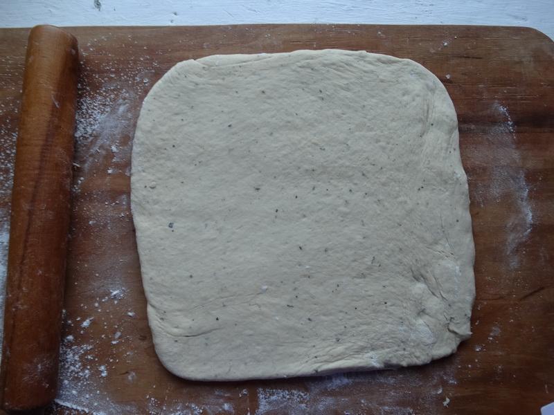 Пирог «Большая сосиска в тесте» - простой и быстрый (хороший рецепт теста, поднимается даже с такой увесистой начинкой)