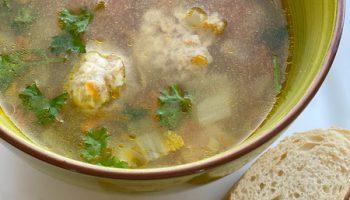 Приготовила новый, совсем не избитый суп. Главная фишка — сырные фрикадельки. Вкусный, понравился детям